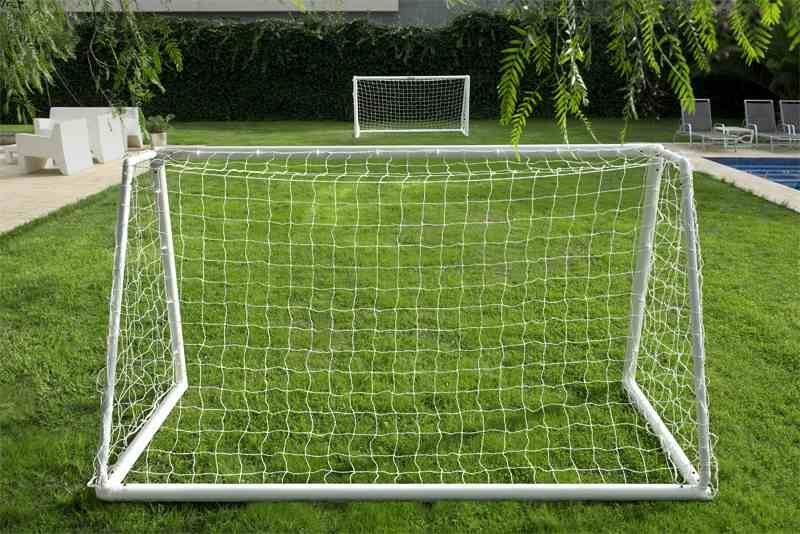 PLASTIC FOOTBALL GOAL 8' x 4'    TWO SECTION CROSSBAR