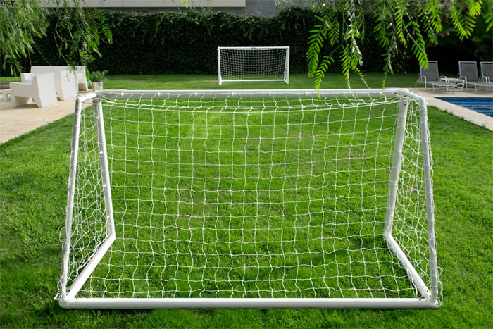 PLASTIC FOOTBALL GOAL 8'x6'    TWO SECTION CROSSBAR